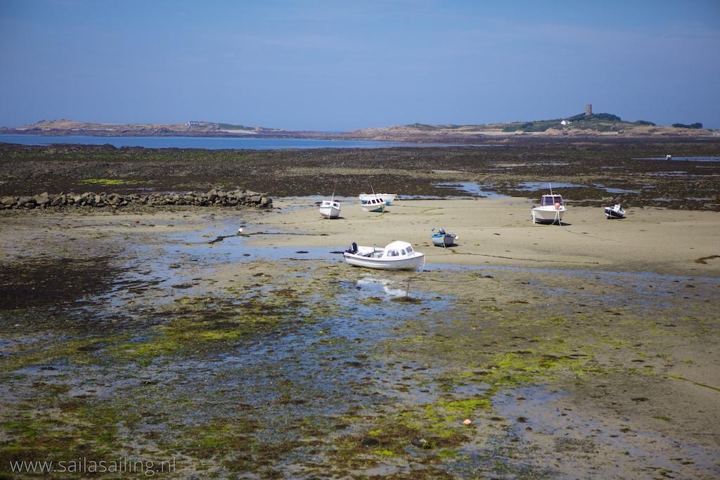 Droogvallende bootjes bij Fort Gray