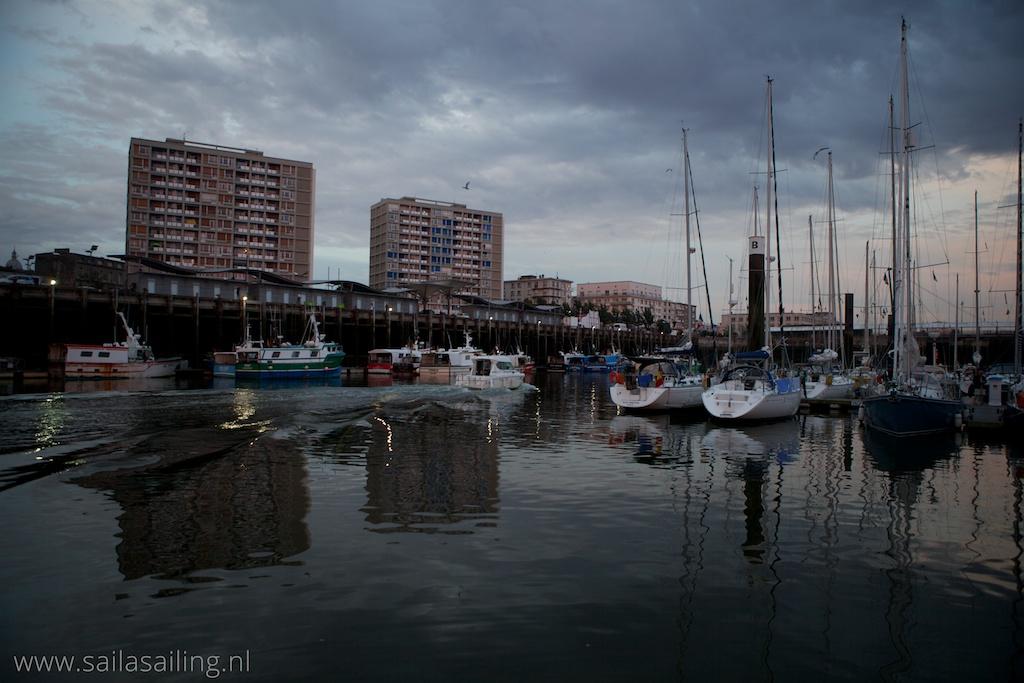 Vanuit de haven uitzicht op vissersboten