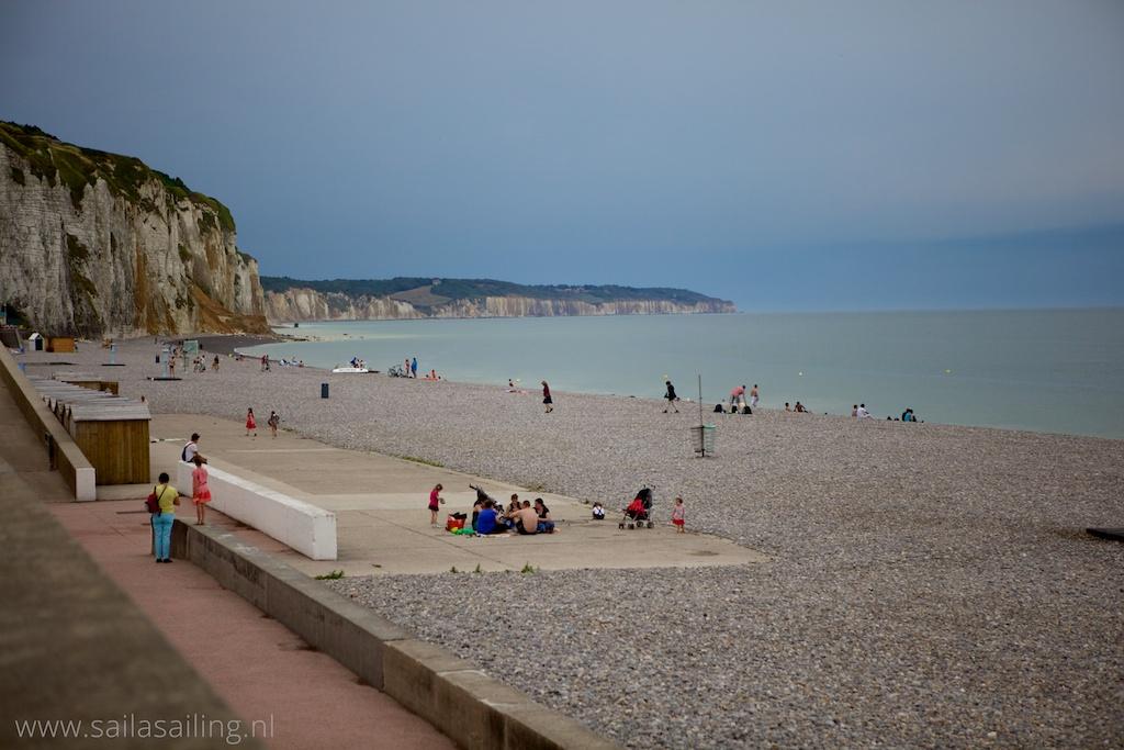 Strand met krijtrotsen