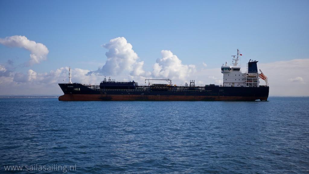 Tussen de ankerende schepen doorvaren
