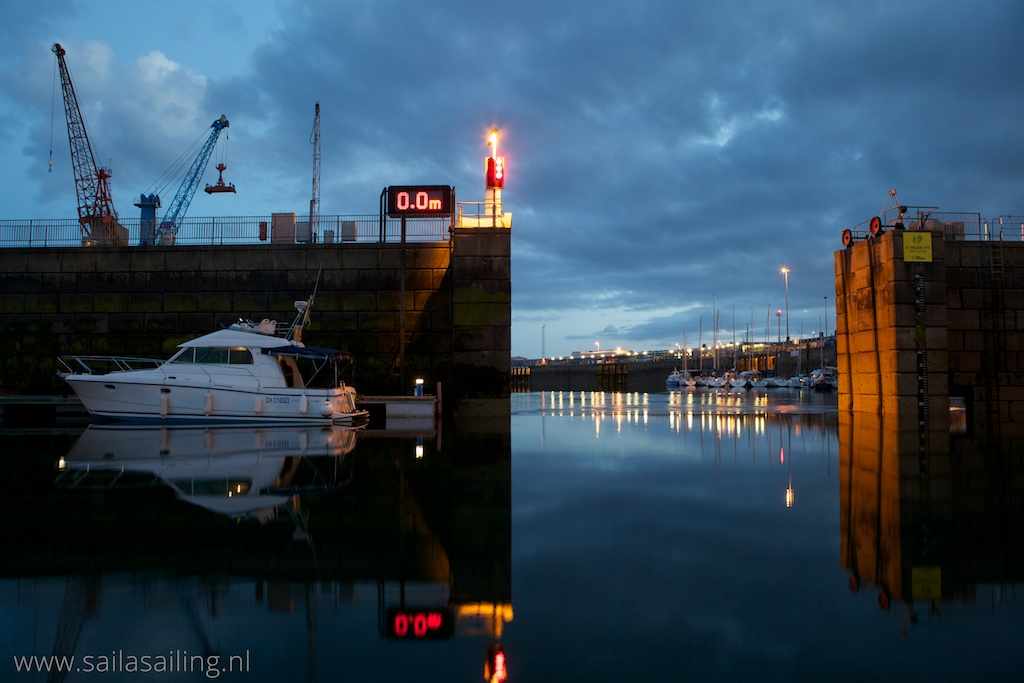 Uitzicht vanuit de haven in de avondschemering